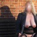 Auf dem Foto ist der nackte Hängebusen einer älteren Blondine zu sehen