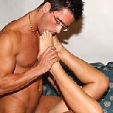 Ein Fußsex Liebhaber küsst die erotischen Füsse einer Lady