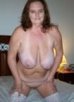 Eine reife Frau zeigt auf dem Foto ihren Hängebusen