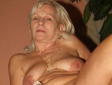 Ein Bild von einer blonden Oma die freizügig ihre Hängetitten präsentiert