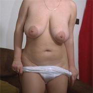 Auf dem Bild zeigt eine ältere Frau ihre Hängetitten